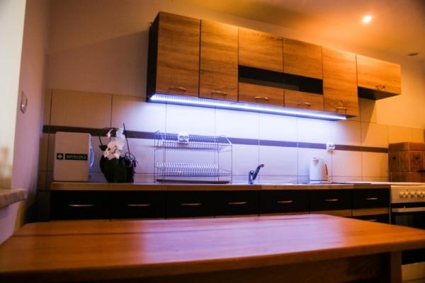 kuchnia wyposażona w sprzęt AGD