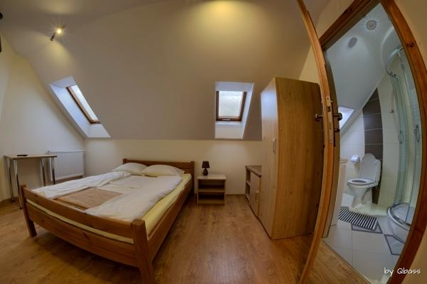 pokój z łożem małżeńskim i łazienką